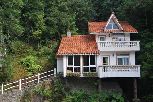 桃源山庄占地总面积约20万平方米,内有欧式别墅30