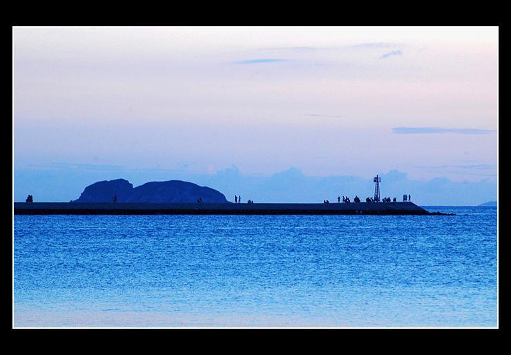 惠东双月湾位于惠东县稔平半岛的南端,东经114°53'至114°56',北纬22°32'至22°34',东靠红海湾,西临大亚湾,南向浩瀚的南海,北接平海镇。因她地理呈双月形,所以当地民众也俗称为双月湾。双月湾分左右两湾,景象各不相,同左湾水平如镜、恬静宜人,右湾波涛汹涌、气势磅礴。沙滩连绵20公里,雄奇壮观,几乎见不到人为开发的痕迹。沙滩宽约100米。海水清澈见底,海底平坦舒缓,离岸200米,人们还可在海中站立,堪称一绝,是安全畅泳的首取海