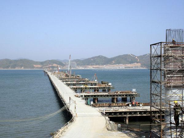 坐落于广东省惠州市的范和港大桥总造价约5.2亿元(不含征地、拆迁等费用),连接巽寮滨海旅游度假区和平海半岛。该桥全长2741米,是惠州市首座跨海大桥。据该工程有关负责人介绍,该桥将按双向4车道高速公路标准设计,桥面宽度达26.9米,设计时速为100公里,设计使用年限为100年,总投资约5.